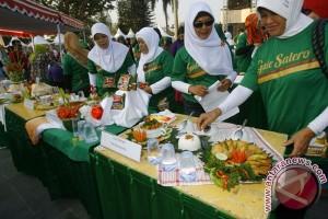 Ibu-ibu PKK mengikuti Festival Gulai Salero di titik 0 Kilometer,Yogyakarta