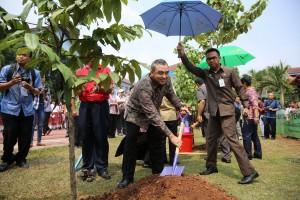 Bupati Tangerang Menanam Pohon