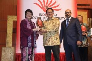 Theresia Rustandi, corporate secretary Intiland, menerima tropi penghargaan.