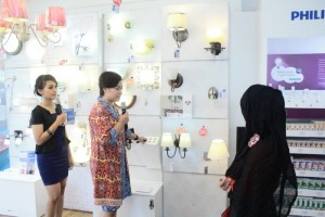 Indah Suzanti Product Manager Consumer Luminaire, PT Philips Indonesia Saat Store Tour
