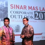 Direktur dan Corporate Secretary PT Bumi Serpong Damai Tbk, Hermawan Wijaya (kanan), berbincang dengan Ishak Chandra, Managing Director Corporate Strategy & Services Sinar Mas Land pada Sinar Mas Land Outlook 2015.