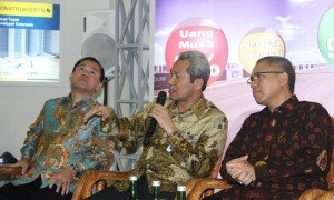 Mansyur S. Nasution, Direktur Bank BTN (tengah).