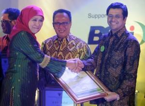 Penghargaan CEO Terbaik yang diserahkan oleh Menteri Sosial RI, Khofifah Indar Parawansa, kepada Direktur Utama PT Semen Padang, Benny Wendry di Balai Kartini Jakarta.