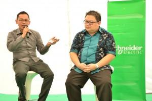 Ferry Kurniawan (kanan) selaku Marketing Manager PT Schneider Electric Indonesia dan Bayu Winarso selaku Netwrok Cordinator CitraGran Cibubur (kiri)