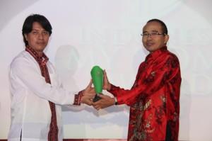 Pemimpin Redaksi Majalah MyHome M. Ridaf Sukri, SE, (kiri) menyerahkan trophy IMHA 2015