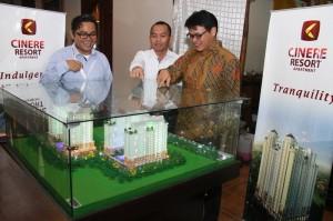 Direksi Megakarya di Depan Maket Cinere Resort Apartement