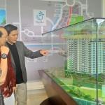Direktur Utama PT Menara Pelangi, David Sudjana (kanan) didepan Maket Apartemen Golf Residence