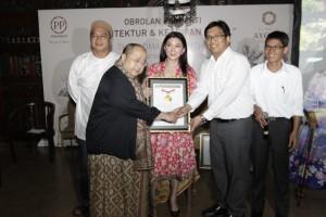Nurjaman Project Manager The Ayoma Apartment PT PP Properti saat menerima Piagam MURI dari Jaya Suprana