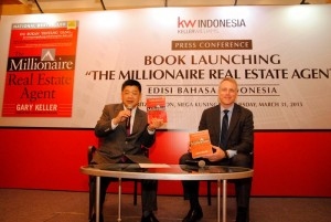 President Keller Williams Realty Indonesia Tony Eddy  (kiri) saat peluncuran buku.
