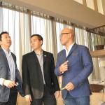Marketing Director PT Sutera Agung Properti Boy Noviyandi (kiri) di Show Unit Saumata 1