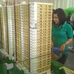 Konsumen mengamati maket Tamansari Mahogany Apartment, Karawang