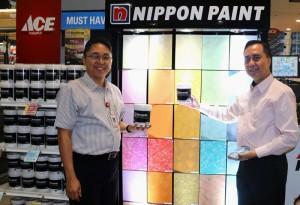 National Sales Manager Nippon Paint Indonesia Ari Widodo (kanan) dan Senior Merchandising Manager ACE Hardware Indonesia Uus Kusnandar (kiri) dalam acara Peluncuran Kerjasama Nippon Paint dengan ACE Hardware hari ini (26/5) di ACE Hardware Kota Kasablanka, Jakarta.