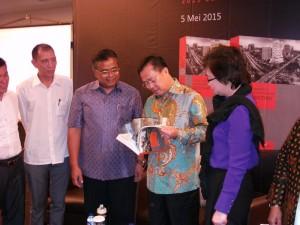 Ketua Umum DPP REI Eddy Hussy (dua dari kiri) saat peluncuran direktori