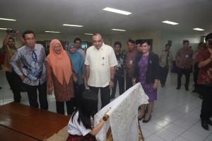Bupati Tangerang Ahmed Zaki Iskandar (kanan depan) didampingi Presiden Direktur Paramount Land Ervan Adi Nugroho mengamati siswa SD Tarakanita tengah menggambar batik.