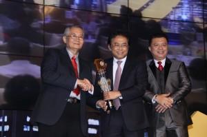 Direktur Utama PT. SMF, Raharjo Adisusanto (tengah) menerima trophy pada Indonesia Property&Bank Award 2015