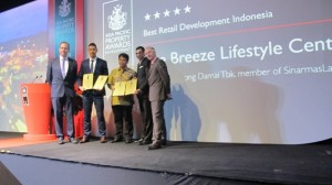 Ishak Chandra - Managing Director Corporate Strategy & Services (ketiga dari kanan) dan Bramamesta Bagjanata - Head of Corporate Marketing (kedua dari kiri)  berhasil meraih penghargaan di empat kategori sekaligus dalam ajang Asia Pacific Awards 2015 di Kuala Lumpur, Malaysia (8/5/15).