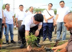 Presiden Direktur PT. Express Transindo Utama, Tbk, Daniel Podiman, saat melakukan penanaman pohon di Pool Pondok Bambu, Jakarta, pada hari ini, Jumat (5/6).