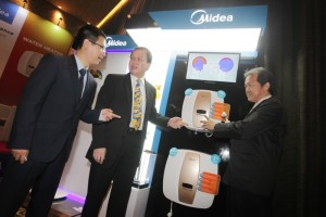 (Ki-Ka) Dennis Jiang Product Marketing Manager Electric Fan Midea Electronics Indonesia, Jino Sugianto Presiden Direktur Midea Electronics Indonesia, dan Teguh Sutrisna Product Marketing Manager Water Heater Midea Electronics Indonesia, saat memperkenalkan dua produk terbaru Midea.