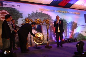 Presiden Direktur Paramount Land Ervan Adi Nugroho memukul gong hadirnya Paramount Land di Semarang