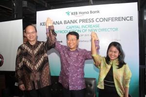 Anthony Soewandy-Direktur Konsumer Bisnis dan Operasi, Lee Hwa Soo-CFO KEB Hana Bank, Lamtiurida Hutabarat-IFC Senior Investment Officer.