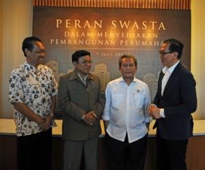 ki-ka : Project Director Ciputra Residence Martono Hadipranoto, Perwakilan PPKK Hariyanto, Direktur Pengaturan  dan Pengadaan Tanah Badan Pertanahan Nasional M. Noor Marzuki, dan Direktur Ciputra Group Meiko Handoyo usai diskusi.