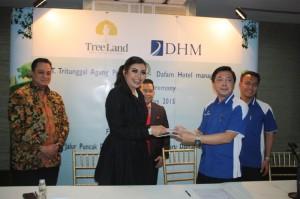 Maya Miranda Ambarsari, Presiden Director PT. Tritunggal Agung Propertindo (dua dari kiri) usai penandatanganan kerjasama dengan Dafam Hotels, Rabu, 12/8.