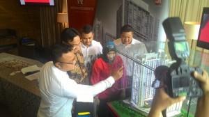 Corporate Secretary & Branding Custodian Langgeng Makmur Perkasa (LMP) Iwan Nur Iswan (dua dari kiri) saat menjelaskan maket.