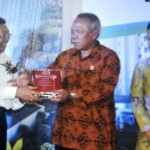 (kiri-kanan) Direktur Utama PT PP (Persero) Tbk, Bambang Triwibowo, Menteri PUPR Basoeki Hadimoeldjono dan Menteri BUMN Rini M Soemarno