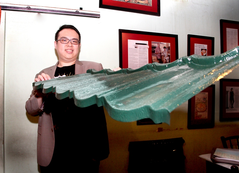 Direktur Pemasaran dan Operasional Utomodeck Metal Works, Anthony Utomo memamerkan produk atap tanpa sambungan