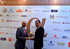 CEO Citi Indonesia, Batara Sianturi menerima penghargaan dari Publisher & CEO Alpha Southeast Asia, Siddiq Bazarwala.