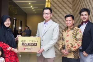 Presiden Direktur PT Prioritas Land Indonesia Marcellus Chandra (dua dari kiri) saat terima kunci