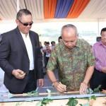 Penandatanganan prasasti pusat kuliner 'Semarang Satoe' oleh pakar kuliner Bondan Winarno (Pak Bondan) dan Andreas Nawawi, Managing Director Paramount Land (kiri)