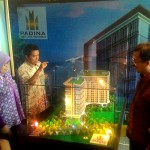 Presiden Direktur PT Patra Bangun Properti Achmad Djaelani (paling kanan) didepan maket Paddina