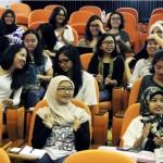 Mahasiswa/i Fakultas Arsitektur Universitas Indonesia tengah mendengarkan penjelasan dari Head of Corporate Communication Sinar Mas Land, Panji Himawan