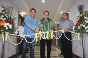 Direktur Sales & Marketing NPS Supriantoro (kiri) saat peresmian Show Unit Mahogany Residence