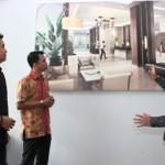Tim designer Hadiprana menjelaskan desain interior lobi apartemen Synthesis Residence Kemang.