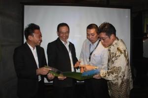 Senior Manager Sales and Marketing MRCB Land Kenneth Khoo (paling kiri), Managing Direktur ERA Max Lukas Bong (dua dari kiri) dan Direktur ERA Vigo, Riduan Goh (paling kanan) usai menjelaskan KL Nine