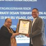 Jaya Suprana selaku pendiri dan ketua MURI (kiri) menyerahkan Piagam Penghargaan kepada Managing Director Paramount Land Andreas Nawawi.