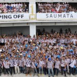 Manajemen SAP bersama kontraktor dan tukang bangunan pose bersama selepas topping off apartemen Saumata, Serpong