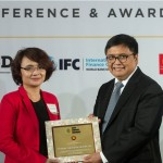 Direktur Bank BTN Imam Nugroho Soeko (kanan) saat menerima penghargaan