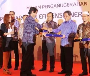 Managing Director President Office Sinar Mas Land Dhony Rahajoe. menerima penghargaan