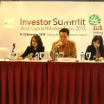 Direktur dan Sekertaris Perusahaan CTRA Tulus Santoso (tengah) memaparkan kinerja CTRA dalam Investor Summit