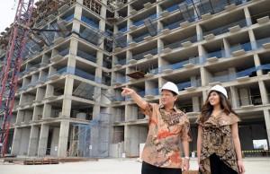 Direktur PT Pudjiadi Prestige, Tbk., Toto Sasetyo (kiri) dengan latar belakang proyek Green Palace Residence