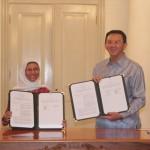 Staf Ahli Menteri PUPR Bidang Hubungan Antar Lembaga Mirna Amin (kiri) dan Gubernur DKI Jakarta Basuki T Purnama (kanan) usai penandatangan kesepakatan