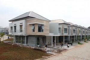 Pekerja sedang melakukan finisihing unit-unit rumah di Serenia Hills.