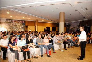 Presiden Direktur PT Mitra Sindo Sukses Andy K Natanael sedang menjelaskan tipe Mezzanine Jakarta Garden City