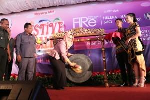 Peresmian Mall Festive Walk Galuh Mas Karawang Oleh Plt. Bupati Karawang Cellica Nurrachadiana