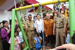 Veronica Tan (kedua dari kiri) dan Suhendro Prabowo (ketiga dari kiri) mewakili Intiland bersama Basuki Tjahaja Purnama saat peresmian RPTRA Karet Tengsin