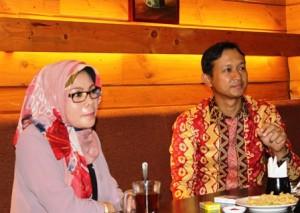 Managing Director PT Sri Pertiwi Sejati (SPS Group) Asmat Amin (kanan) dan Marketing Manager Tuti Mugiastuti menjelaskan rencana pengembangan pada jumpa pers