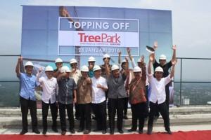 Manajemen Pohon Group foto bersama selepas acara topping off apartemen Treepark Serpog